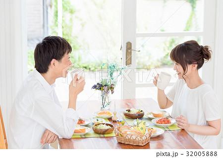 若い夫婦、カップル、食事 32005888
