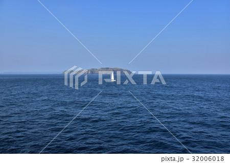 洋上から望む地内島とヨット 32006018