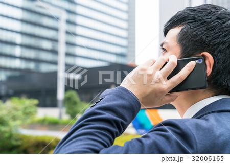 電話をする若手ビジネスマン《高層ビル背景》 32006165