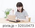 女性 ノートパソコン リビングの写真 32010473