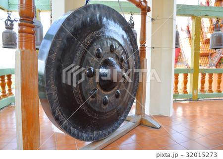 Giant gongの写真素材 [32015273] - PIXTA