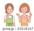 情報交換をする二人の女性 32018147