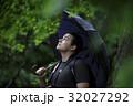 観光する外国人バックパッカー_旧吉田邸住宅 32027292