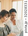 カップル ノートパソコン 笑顔の写真 32028331