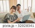 カップル ノートパソコン 笑顔の写真 32028341