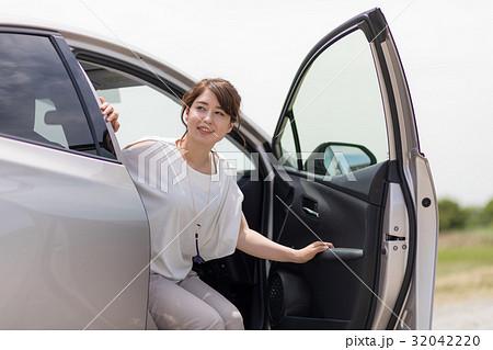 車を降りる女性 32042220
