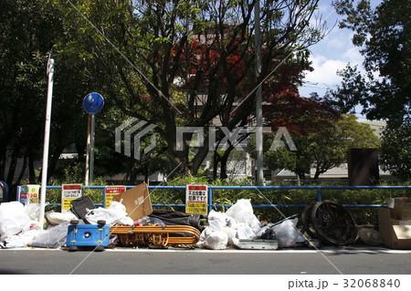 不法投棄の目立つゴミ捨て場(東京都某所) 32068840
