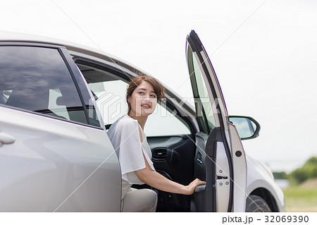 車を降りる女性の写真素材 [3206...