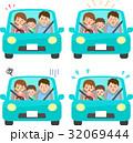 自動車に乗った若い家族の表情 32069444