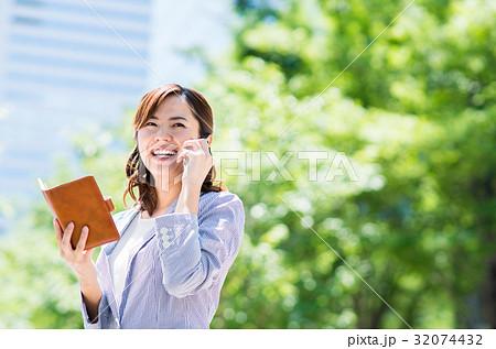 ビジネスウーマン(スマホ) 32074432