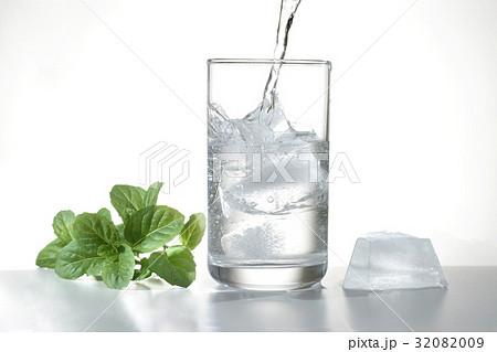 ミントとコップの水の写真素材 [32082009] - PIXTA