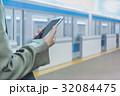 ホーム スマートフォン 電車の写真 32084475
