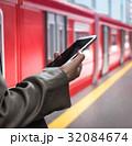 ホーム スマートフォン 電車の写真 32084674