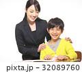 勉強する小学生(4年生)と教師 32089760