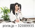 女性弁護士(電話の応対) 32089935