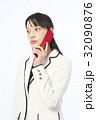 携帯電話で通話する女性 32090876