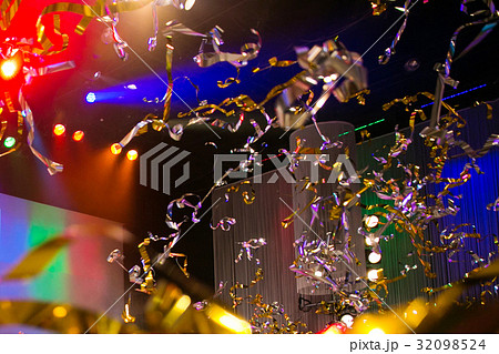 ライブ 空中を舞う銀テープ 32098524