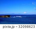 長者ヶ崎海岸に打ち寄せる大波と富士山 32098623