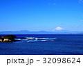 長者ヶ崎海岸に打ち寄せる大波と富士山 32098624