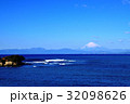 長者ヶ崎海岸に打ち寄せる大波と富士山 32098626
