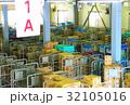 物流倉庫の風景(商品・オリコン・カゴテナー・ロケーションなど) 32105016