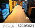 物流倉庫の風景(商品・オリコン・カゴテナー・ロケーションなど) 32105024