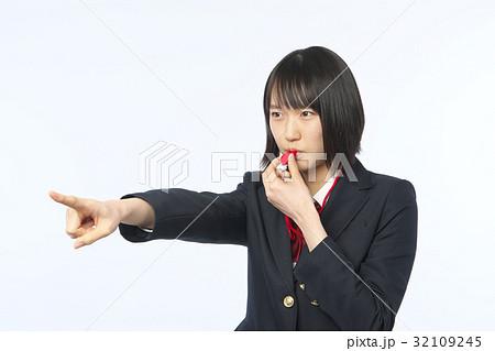 ホイッスルを吹く女子高生 32109245
