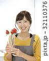女性のポートレート バレンタイン チョコレート 苺チョコフォンデュ 32110376