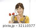 女性のポートレート バレンタイン チョコレート 苺チョコフォンデュ 32110377