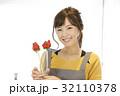 女性のポートレート バレンタイン チョコレート 苺チョコフォンデュ 32110378