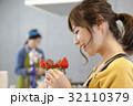 女性のポートレート バレンタイン チョコレート 苺チョコフォンデュ 32110379