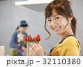 女性のポートレート バレンタイン チョコレート 苺チョコフォンデュ 32110380
