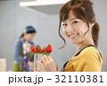 女性のポートレート バレンタイン チョコレート 苺チョコフォンデュ 32110381
