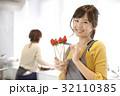 女性のポートレート バレンタイン チョコレート 苺チョコフォンデュ 32110385