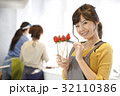 女性のポートレート バレンタイン チョコレート 苺チョコフォンデュ 32110386