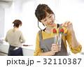女性のポートレート バレンタイン チョコレート 苺チョコフォンデュ 32110387