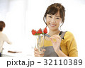 女性のポートレート バレンタイン チョコレート 苺チョコフォンデュ 32110389