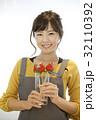 女性のポートレート バレンタイン チョコレート 苺チョコフォンデュ 32110392