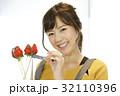 女性のポートレート バレンタイン チョコレート 苺チョコフォンデュ 32110396