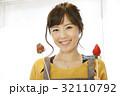 エプロン姿の女性のポートレート 苺チョコフォンデュ 32110792