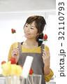 エプロン姿の女性のポートレート 苺チョコフォンデュ 32110793