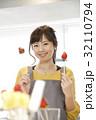 エプロン姿の女性のポートレート 苺チョコフォンデュ 32110794