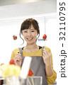 エプロン姿の女性のポートレート 苺チョコフォンデュ 32110795