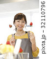 エプロン姿の女性のポートレート 苺チョコフォンデュ 32110796