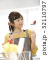エプロン姿の女性のポートレート 苺チョコフォンデュ 32110797