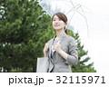 女性 傘 ビニール傘の写真 32115971