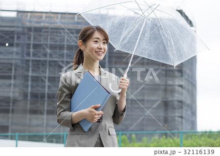 傘をさすビジネスウーマン 32116139