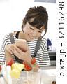 スマホ 料理 人物の写真 32116298