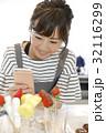 スマホ 料理 人物の写真 32116299