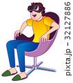 VR体験で驚く男性 32127886